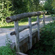 Vanha puinen silta Mikaelin lähellä Mikkelissä. Kovin on jo jäkälän peitossa, siksi mielestäni kaunis.
