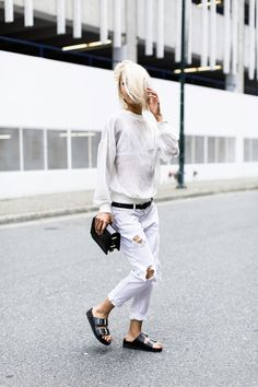 How to Wear White Ripped Skinny Jeans looks & outfits) Casual Chic, White Ripped Skinny Jeans, White Denim, White White, Style Me, Cool Style, Mode Outfits, Facon, Street Style Looks