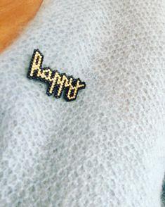 Broche happy                                                                                                                                                                                 Plus