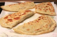 """Diese Teigtaschen heißen übersetzt """"rohe Teigtaschen – Çiğ börek"""". Nicht weil sie roh gegessen werden, sondern weil die Füllung nicht vorgegart wird. Die Füllung wird beim Ausback…"""