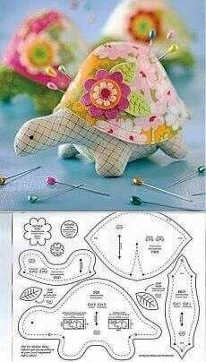 Turtle Pincushion Schnittmuster Turtle Pincushion S … - Stofftiere Sewing Toys, Free Sewing, Sewing Crafts, Sewing Projects, Sewing Stuffed Animals, Stuffed Animal Patterns, Stuffed Giraffe, Dinosaur Stuffed Animal, Animal Sewing Patterns