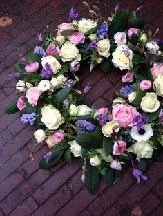 Rouwkrans verse bloemen #BLOM BLoemwerk Op Maat Flower Wreaths, Floral Wreath, Funeral Ideas, Grave Decorations, Funeral Tributes, Funeral Flowers, Flower Arrangements, Floral Design, Bloom