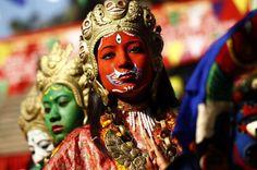 Garotas participam de procissão durante o festival Yomari Puni, em Katmandu, no Nepal. A festa marca o fim da colheita de arroz na região.