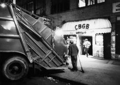 CBGB's 1977, David Godlis.  « Per quelli che non hanno visitato il posto, pensate al bagno di casa vostra ma solo un po' più grande, coperto di graffiti e con puzza di piscio praticamente ovunque per...