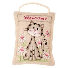 Borduurpakket van een Welkom deurhanger met een kat tussen de bloemen.