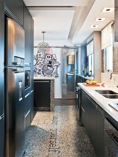 """O piso dessa cozinha possui uma frase de efeito, feita de pastilhas de vidro: """"enjoy yourself"""", ou """"aproveite"""". Projeto de Fábio Galeazzo."""