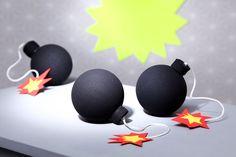 Heiße Tischdekoration auf dem Detektivgeburtstag: Kleine Mini-Bomben aus Styroporkugeln.