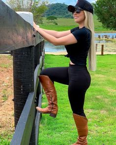 You are in the right place about Equestrian Fashion riding clothes Here we offer you the most beautiful pictures about the Equestrian Fashion breeches you are looking for. When you examine the part of Country Girl Outfits, Sexy Cowgirl Outfits, Cute Country Girl, Looks Country, Country Women, Cute Outfits, Cow Girl, Vaquera Sexy, Estilo Cowgirl
