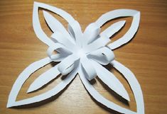 christmas craft ideas: paper snowflake flower tutorial - crafts ideas - crafts for kids Paper Snowflakes, Paper Stars, Christmas Snowflakes, Christmas Paper, Christmas Projects, Christmas And New Year, Handmade Christmas, Holiday Crafts, Snowflake Template