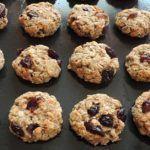 Ovsené vločky sa dokážu postarať o zasýtenie tvojho tela na dlhú dobu, pretože obsahujú vysoký podiel rozpustnej i nerozpustnej vlákniny a komplexné sacharidy. Rozpustná vláknina bojuje proti cukrovke a vysokému krvnému tlaku. Vláknina... Muffin, Cookies, Breakfast, Desserts, Food, Sweet, Crack Crackers, Tailgate Desserts, Biscuits