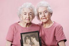 Het begon met het nemen van een foto van haar oma. Toen kwam fotografeSally Petersonop het idee om honderdjarigen (en ouder dan honderd) op de gevoelige plaat vast te leggen. Bron: www.froot.nl