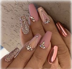 Metallic​ Pink Quinceanera Nails A rose gold quinceañera is a glamorous, gorgeous theme! Gold & pink elements inspire a rose gold quince. Our rose gold inspirational pictures can help you! Nail Design Glitter, Gold Nail Designs, Acrylic Nail Designs, Nails Design, Bling Nail Art, Bling Bling, Rhinestone Nails, Rose Gold Nail Design, Diamond Nail Designs