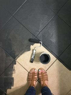 Das Fliesen streichen mit Kreidefarbe ist unkompliziert. Fliesen streichen mit Kreidefarbe gibt einem Bad, eine Küche oder eine Fliesenboden eine neue Optik