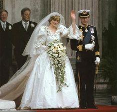 Royal Wedding July 1981 of Prince Charles & Lady Diana Famous Wedding Dresses, Celebrity Wedding Dresses, Wedding Dress Styles, Designer Wedding Dresses, Celebrity Weddings, Charles And Diana Wedding, Prince Charles And Diana, Lady Diana Spencer, Royal Brides