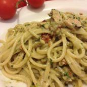 Pasta con pesto di basilico e pomodori secchi con tonno Fish Recipes, Pasta Recipes, Cooking Recipes, Healthy Recipes, Italian Dishes, Italian Recipes, Pasta Company, Pasta Al Pesto, Italy Food