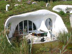 earth homes - like your own hobbit house! Nachhaltiges Design, Home Design, Modern Design, Interior Design, Earthship, Hobbit Hole, The Hobbit, Eco Construction, Earth Sheltered Homes