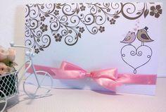 Que tal um convite muito romântico com lindos passarinhos apaixonados ?!    - Convite impresso em papel cartão branco 180 gramas  - Impressão na parte interna e externa do convite em arabesco floral e passarinhos  - Detalhes do convite: laço simples em fita de cetim 15mm  - Você pode escolher a cor de impressão e fita que desejar  - Pedido mínimo de 25 unidades  - Todos os convites são entregues em saquinhos individuais    Não enviamos prova por correio, somente prova de layout por e-mail…