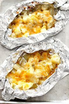 Cheesy Potatoes Foil Packs Cheesy Potatoes Foil Packs Recipe - easy and delicious side dish that can be baked in the oven or cooked on the grill! No-mess clean up makes these perfect for a quick dinner! Tin Foil Dinners, Foil Packet Dinners, Foil Pack Meals, Hobo Dinners, Grilling Recipes, Cooking Recipes, Skillet Recipes, Cooking Gadgets, Pizza Recipes