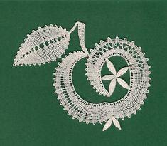 Jablko - školička Ludmily Holé - líc - fotoalba ulivatelu - D? Bobbin Lacemaking, Bobbin Lace Patterns, Lace Heart, Lace Jewelry, Lace Making, Lace Flowers, Lace Design, Lace Detail, Tatting
