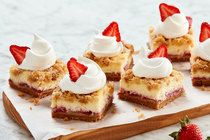 Strawberry Crumble Cheesecake Squares - My Food and Family Kraft Foods, Kraft Recipes, Easter Cheesecake, Cheesecake Squares, Strawberry Cheesecake, Köstliche Desserts, Delicious Desserts, Dessert Recipes, Fudge Recipes