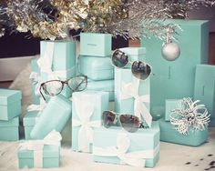Tiffany! What I wouldn't give to have a Christmas tree with nothing but little blue boxes under it... ;)