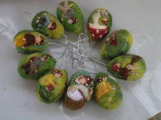 Huevos de Pascua dos Waldorf fieltro de la aguja-el bosque