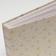 44. Fotoalbum - 15x21 - 30listů (60 fotografií) Uchovejte své vzpomínky v netradičním balení. Do tohoto alba se vejde až 60 fotografií 13x18cm ------------------------------------------------------ Desky alba jsou vyrobeny z tvrdé knihařské lepenky a následně potaženy speciálním papírem s Japonskými motivy chiyogami, který je dovážen ze zahraničí. Album je vázáno koptskou ... Photos, Photograph Album