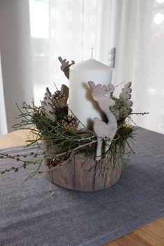 Adventsgesteck auf einem alten Holzstamm! Natürlich dekoriert mit Rehen und Tannenbäumen ( Handarbeit)! Preis 34,90€