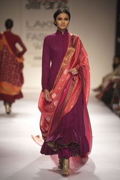 There are many kinds of Silk Dupatta one can have which are in different fabric styles from yarn to weaving styles. The most common kinds are the Banarasi Silk dupattas, Ikat… Indian Attire, Indian Ethnic Wear, Indian Outfits, Indian Designer Suits, Designer Kurtis, Salwar Designs, Blouse Designs, India Fashion, Ethnic Fashion