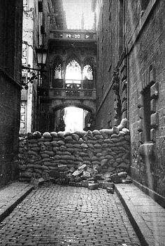 """Barcelona, mayo 1937 """"Barricada construida en la calle del """"Bisbe Irurita"""". Conflicto interno (en la ciudad) por el poder entre los sectores comunistas y anarquistas de criterios políticos, ideológicos y militares muy diferentes y que dieron lugar a los llamados """"Hechos de Mayo"""". Al mismo tiempo se enfrentaban a los golpistas fascistas que por su fracaso en el golpe de estado, se generó la Guerra Civil Española de 1936-1939."""