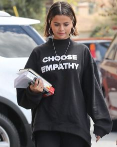 March Selena arriving at Ernie's Mexican Restaurant in Los Angeles, California. Selena Gomez Sister, Selena Gomez Age, Selena Gomez Trajes, Selena Gomez Short Hair, Selena Gomez Fotos, Selena Gomez Pictures, Selena Gomez Style, Selena Gomez Outfits Casual, Selena Gomez Pelo Corto