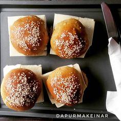 Burger Keto. Bahan : Tepung Keto, Butter, Keju, Daging Sapi. Pesan Kue Keto dari Dapur Mak Einar via Whatsapp 08311809945 #dapurketomakeinar #ketobread #rotitawarketo #rotiketobali #ketobali #ketofoodinbali #ketofood #lowcarb #glutenfree #ketogenicfriendly Keto Buns, Keto Burger, Hamburger, Keto Recipes, Bali, Menu, Diet, Food, Menu Board Design