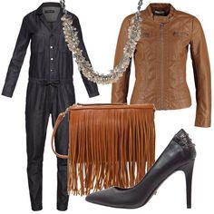 Outfit composto da tuta jumpsuit abbinata a décolleté nere e giacca in ecopelle cognac. Completano il look la collana che dona luce allo scollo e la borsa con frange marrone.