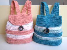 Kız Ve Erkek Çocuklarımız İçin Kullanışlı Çanta Modeli Malzemeler: Pembe Nako Zincir Yünü Beyaz Zincir yünü Düğme Yapılışı: 30 zincir örüp üzerine sık iğne
