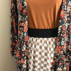 This outfit is incredible and the patterns mix beautifully. Who needs this?? . . . #lularoekerriguimond #lularoe #lularoeclassict #lularoelola #lularoesarah @lularoe