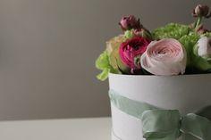 Cappelliere ripiegate a mano da sapienti artigiani fiorentini. Si realizzano dai 10 ai 42 cm di diametro in vari colori. Il nostro modo di racchiudere emozioni...