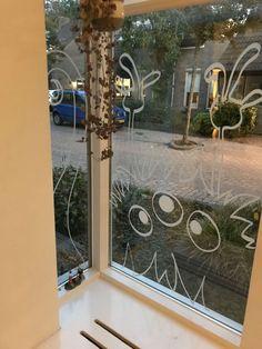 Maak een #griezelig #halloween raam in je eigen huis! In dit DIY blog lees je hoe je dat doet mbv een halloween #raamtekening.  Halloween raam - Halloween raamtekening - Halloween raamdecoratie