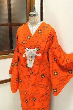 オレンジにダイヤモンドチェックがモダンなウールのアンサンブル(羽織と着物のセット)です。