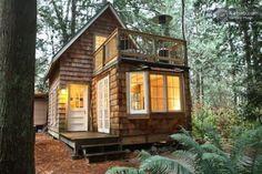 Pequeña cabaña en el bosque