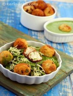 Yummy paneer balls baked with a creamy spinach sauce, this dish has an exquisite and sumptuous nature that lures every food lover.