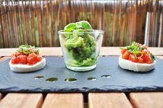 Basilikum-Ingwer-Sorbet mit Tomatensalat auf Büffelmozzarella