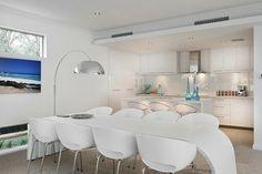 cuisine minimaliste avec chaises et table design en blanc