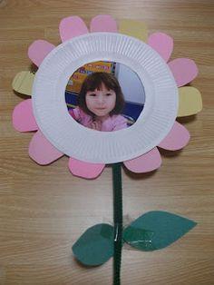 Bloem van papierenbordje met foto in het midden.