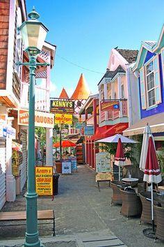 Een van de leuke, kleurrijke straatjes op Curaçao.