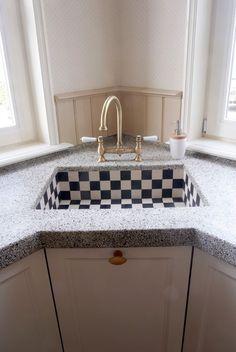VRI interieur landelijke woonkeuken klassiek creme wit met fornuis terrazzo blad…