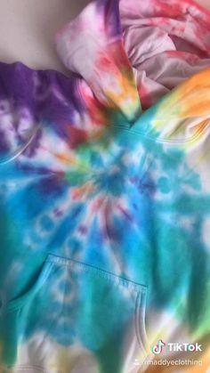 Diy Tie Dye Video, Tie Dye Tutorial, Ty Dye, Tie Dye Bedding, Diy Tie Dye Shirts, Kids Tie Dye, Tie Dye Crafts, Tie Dye Fashion, Rainbow Fashion