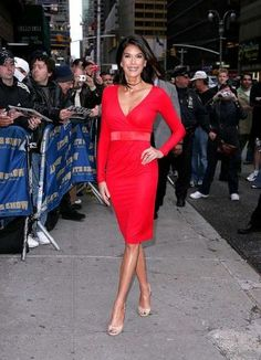 Teri Hatcher arrives at the Ed Sullivan Theater for a taping of `Late Show With David Letterman.` The `Desperate Housewives` star sizzles in a belted red dress and nude peep-toes. Triangle Body Shape, Outfits 2014, Spring Outfits, Fashion Over 50, Fashion Tips, Fashion Ideas, Fashion Inspiration, Nude Shoes, Timeless Fashion