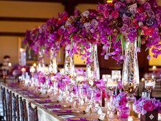 composition florale mariage : idées originale pour la déco de table avec des fleurs violettes
