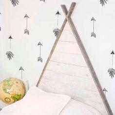 Precioso cabecero de madera en forma de tipi indio cuyo tejado se puede personalizar en 6 colores distintos con un acabado desgastado estilo vintage. Con este original cabecero los dulces sueños están casi garantizados. Este cabecero le aporta a la hab