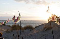 Beach wedding - guirlande de pompons - plage - mer - coucher du soleil